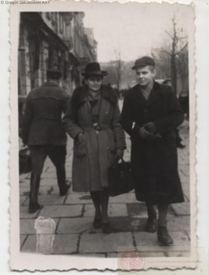 Aldona Jakubowska z Karolem po wiezieniu Montelupich,Krakow 1946